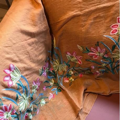 Lys brunt tørklæde med broderi